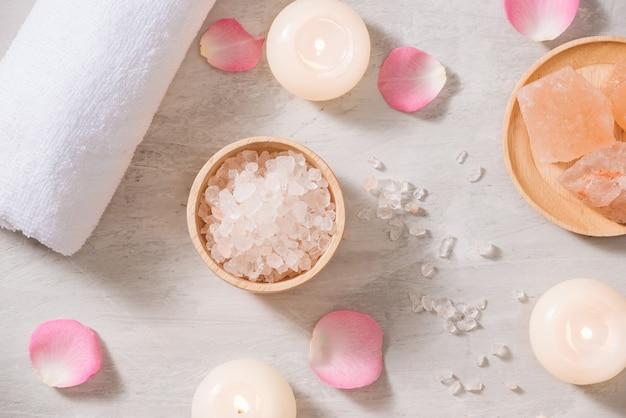 장미와 스파 설정 촛불과 꽃 테이블에 스파 테마