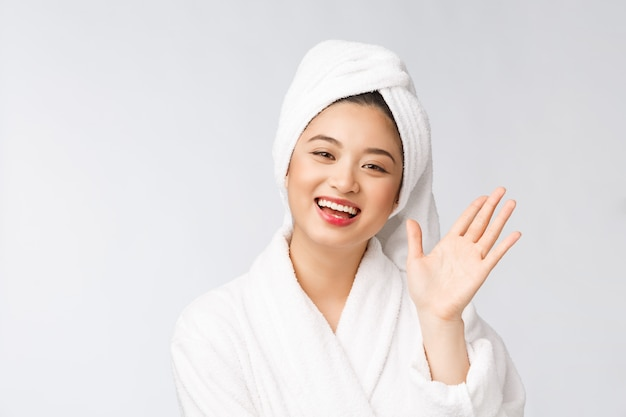 샤워 후 머리에 수건으로 스파 스킨 케어 아름다움 아시아 여자 건조 머리 부드러운 피부를 만지고 아름다운 multiracial 어린 소녀