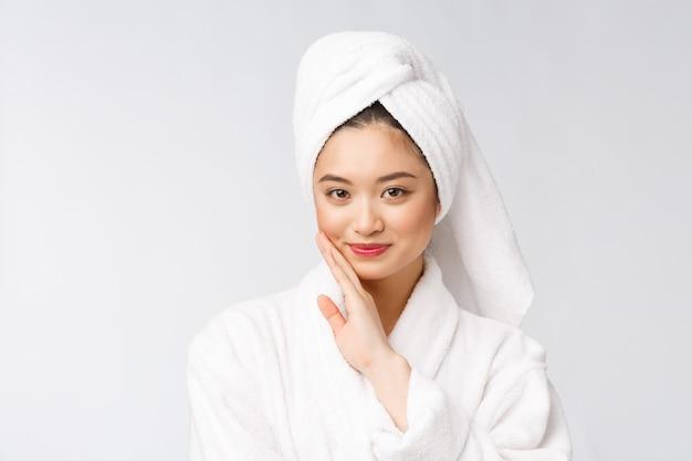 스파 스킨 케어 뷰티 샤워 치료 후 머리에 수건으로 머리카락을 건조 아시아 여자. 부드러운 피부를 만지고 아름 다운 multiracial 어린 소녀입니다.
