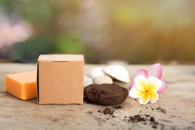 피부 스크래치와 플루메리아 꽃을 위한 스파 비누와 커피 가루