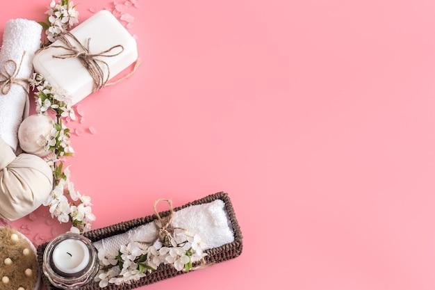 Спа-натюрморт на розовом фоне с весенними цветами