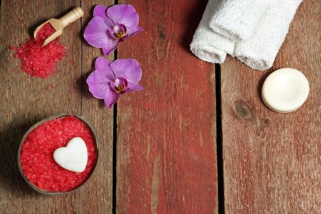 蘭の花と赤と白の聖バレンタインデーのスパ静物