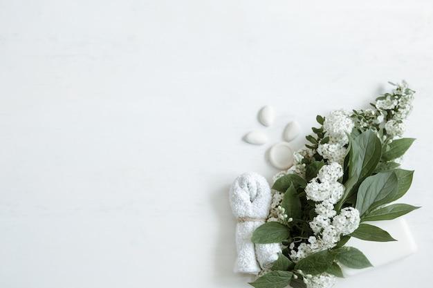 Spa still life con accessori da bagno, prodotti per la salute e la bellezza con fiori freschi