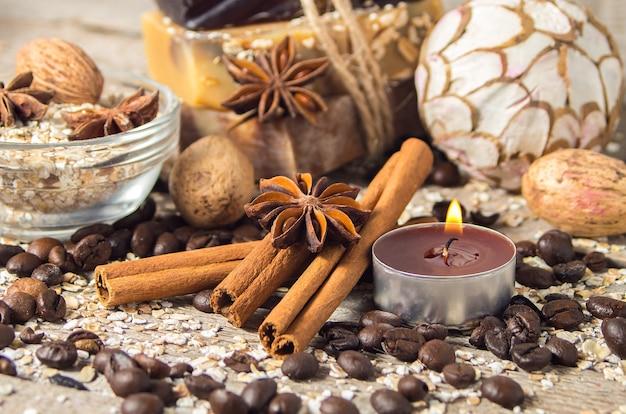 シナモンとコーヒー豆のあるスパの静物画、木製の背景にキャンドル。ソフトフォーカス。