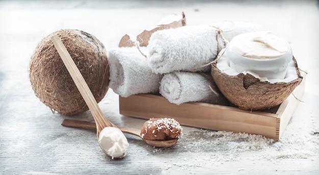 新鮮なココナッツとボディケア製品のあるスパの静物