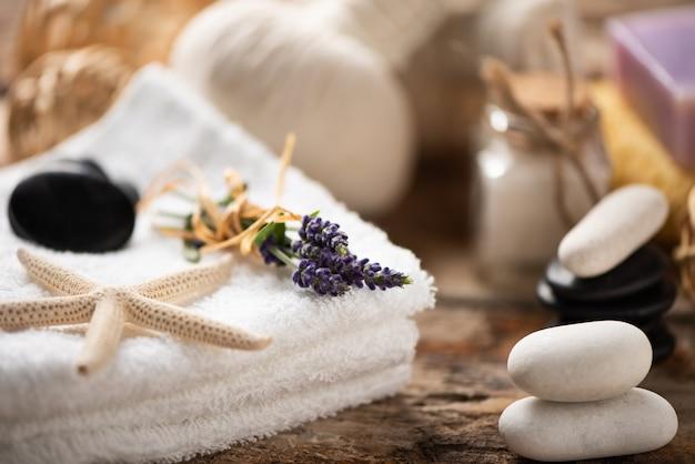 Спа-натюрморт с лавандовой солью и полотенцами