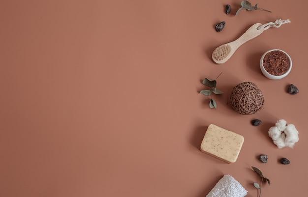 Spa ancora in vita con spazzolini da denti naturali, scrub, sapone e dettagli decorativi piatti laici.