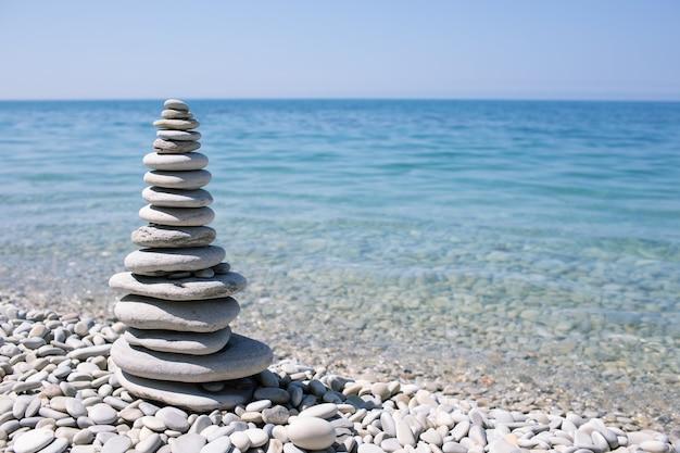 파란색 배경에 바다 해안에 스파 돌