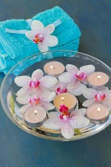 キャンドルとピンクの蘭の花を燃やすスパセラピー