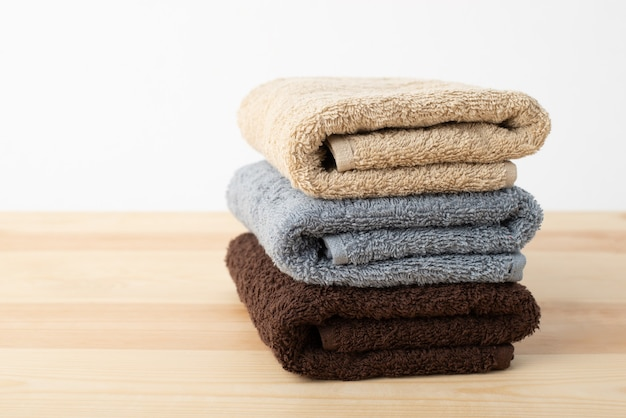 Спа полотенца на деревянном столе