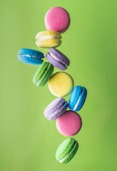 Курортные процедуры для ванн бомбочки в виде разноцветных лепешек с ароматными маслами ярких нежных цветов.