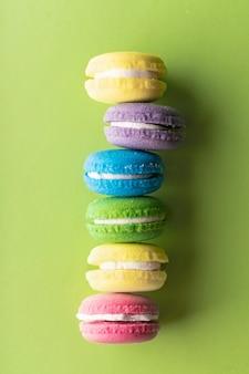 밝고 섬세한 색상의 아로마 오일이 함유된 컬러 케이크 형태의 스파 트리트먼트 목욕 폭탄
