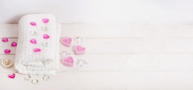 スパトリートメント、白い背景にコピースペースでバレンタインデーのギフトとしてマッサージ。ビューティーサロン向け。