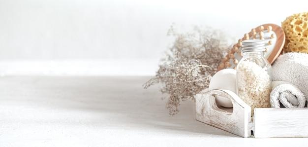 Стена спа с массажной щеткой, морской солью и бомбочкой для ванны. концепция здорового образа жизни, ухода за телом и релаксации.