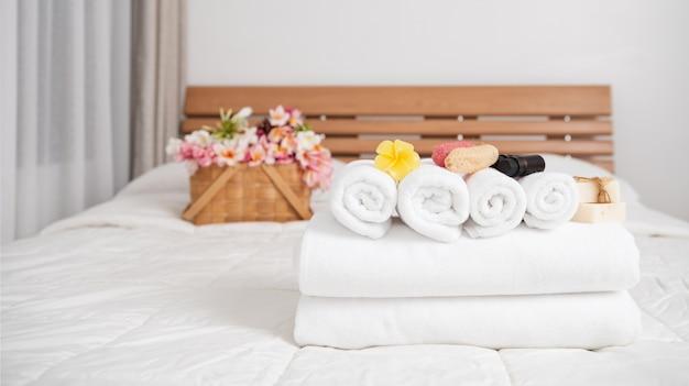 Концепция оздоровительного спа с белыми полотенцами