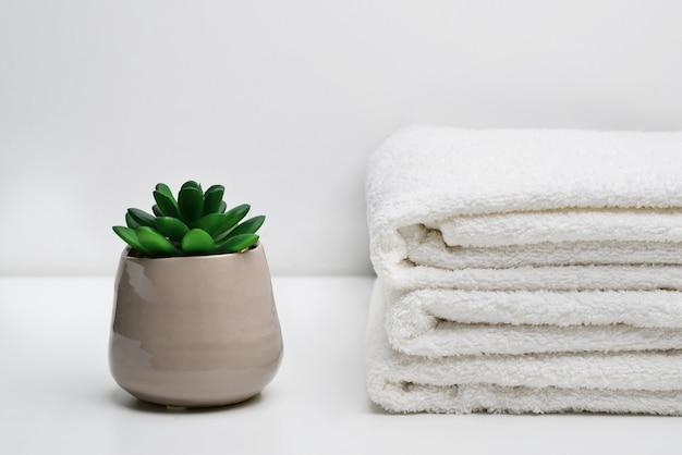 스파 욕실에서 스파 흰색면 수건 사용