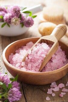Спа с розовой травяной солью и цветами клевера