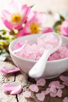 Спа с розовой травяной солью и цветами шиповника