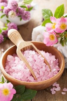 ピンクのハーブソルトとワイルドローズの花のスパ