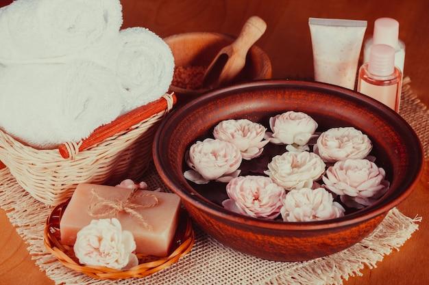 Спа с розами, маникюр, расслабляющая ванна и косметика