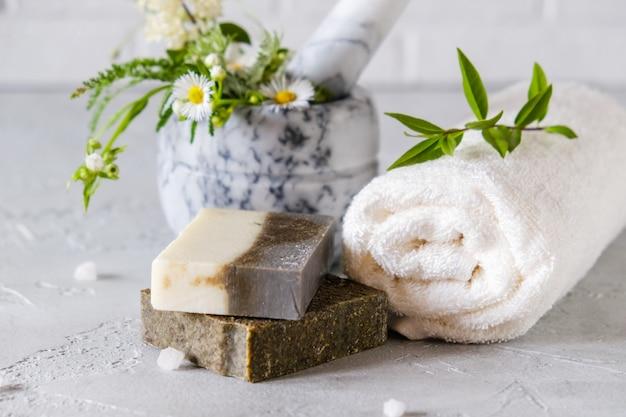 Уход за здоровой кожей. концепция spa. натуральное мыло ручной работы с сушеными травами и цветами, морской солью. натуральные растительные продукты.