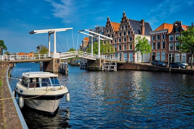 ハーレム、nのボートとgravestenenbrug橋とspaarne川