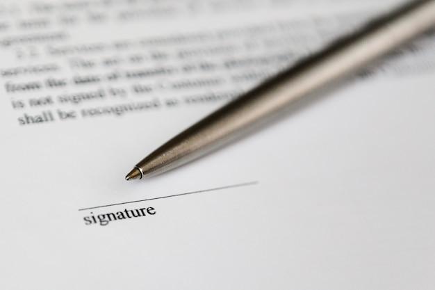 Место для подписи на документе и серебряная шариковая ручка