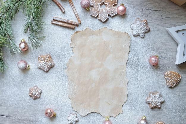 新年の装飾が施されたテーブルの上のrozhdesttwensokoレシピのテキストのためのスペース。クリスマスのベーキングの概念。
