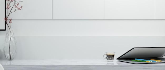 Пространство для макета вашего продукта на белой столешнице с ноутбуком на белом фоне 3d-рендеринга