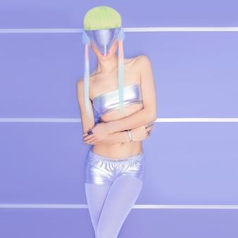 Космическая девушка-модель нереальная вечеринка. модный клуб, танцевальный стиль