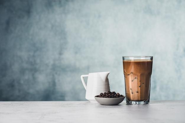 牛乳食品の背景を持つスペースアイスコーヒー