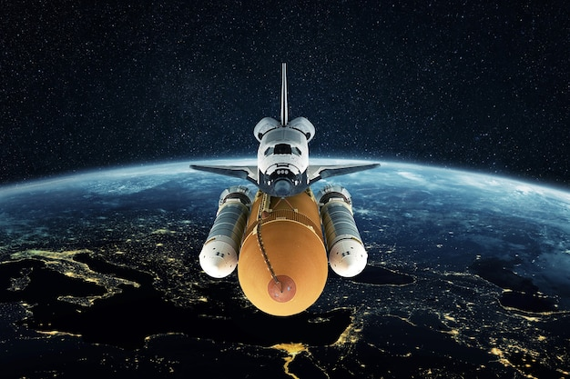 우주 왕복선은 별이 있는 공간에서 도시의 불빛과 함께 밤 행성 지구를 날아갑니다. 로켓을 우주로 성공적으로 발사했습니다. 우주 임무, 개념입니다. 우주선 이륙 및 비행