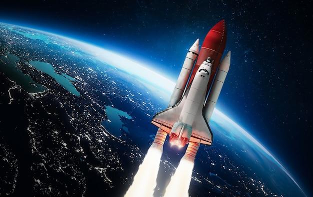Полет космического челнока с планеты земля космический корабль элементы этого изображения предоставлены наса