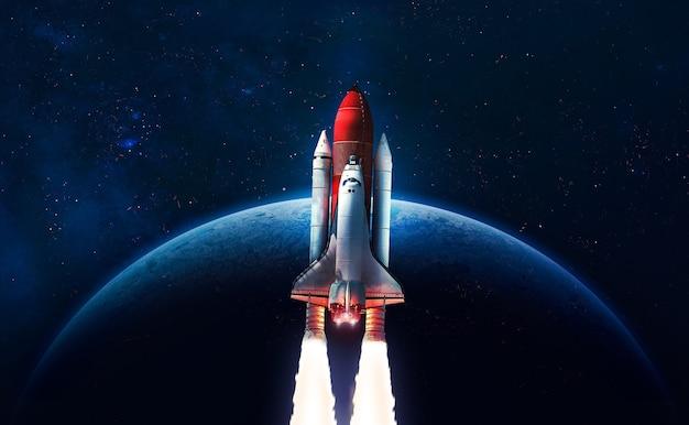 Nasa에서 제공한 이 이미지의 지구 행성 요소 위의 우주 공간에서 우주 왕복선 로켓