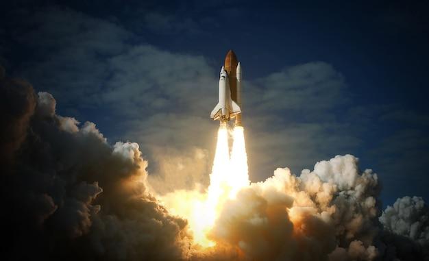 スペースシャトルは宇宙に飛び立ちます。 nasaから提供されたこの画像の要素。