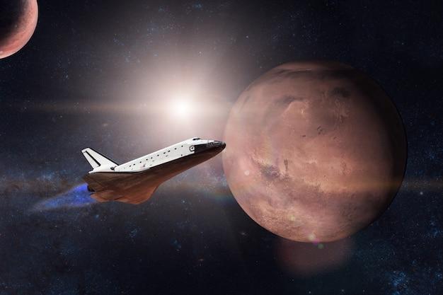 화성 행성의 배경에 임무를 이륙하는 우주 왕복선
