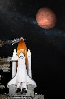 임무에 이륙하는 우주 왕복선