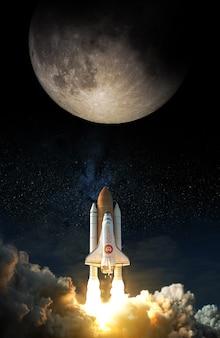 비트코인 아이콘이 있는 우주 왕복선이 달로 이륙합니다. nasa에서 제공한 이 이미지의 요소입니다.