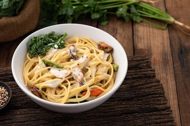 Сливочный соус для спагетти с мидиями на дереве