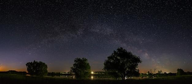 밤하늘에 은하수의 별이있는 공간. 파노라마 뷰는 장시간 노출로 촬영됩니다.