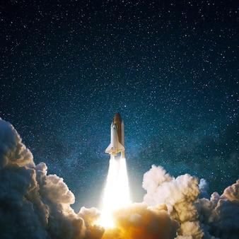 宇宙船は星空に飛び上がります。煙のあるロケットが宇宙に飛ぶ