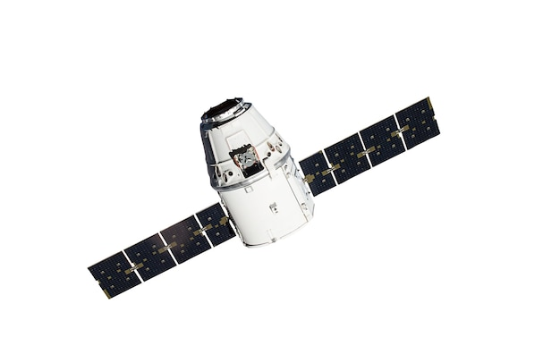 Космический корабль на белом фоне с обтравочным контуром. элементы этого изображения предоставлены наса.