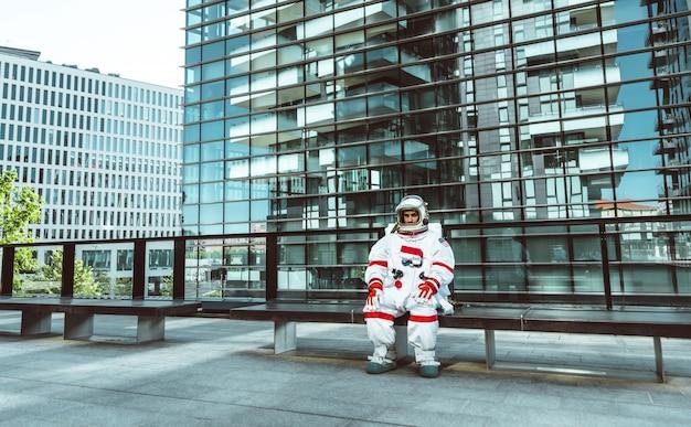미래 역에서 우주인입니다. 도시 지역을 걷고 있는 우주복을 입은 우주 비행사