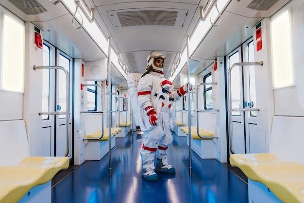 미래 역에서 우주인입니다. 우주복을 입고 출근하고 기차를 타는 남자