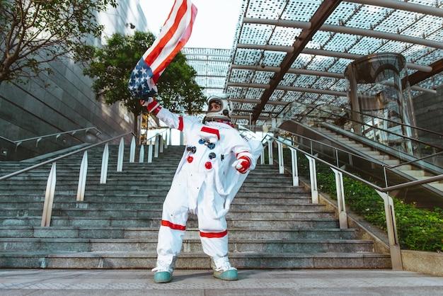 Космонавт на футуристической станции. человек в скафандре гуляет по городу