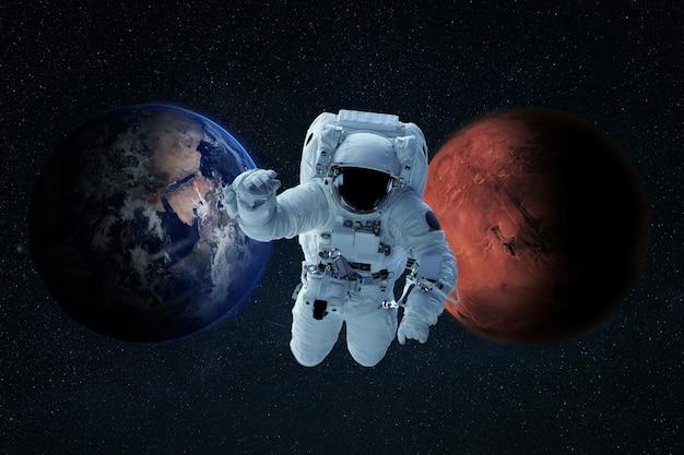 양복을 입은 우주인이 우주를 날아다니며 임무를 시작합니다. 우주 비행사는 행성 지구에서 화성으로 여행합니다