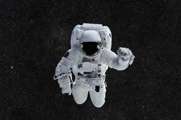 Космонавт путешествует в космосе