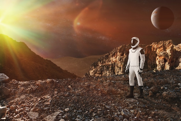宇宙飛行士はエイリアンの惑星を歩く