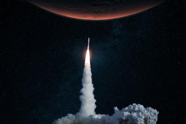宇宙船が離陸し、火星へのミッションを開始します。煙と爆風のロケットが星空の赤い惑星に浮き上がる