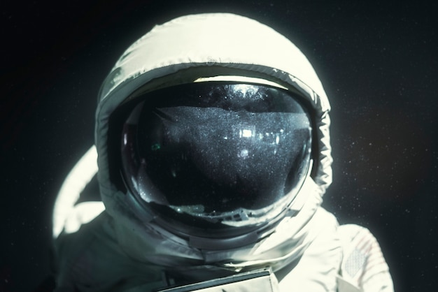 우주복 헬멧 바이저가 우주 비행사에 가까이